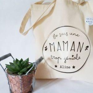 Sac cadeau personnalisé et son badge, tote bag pour une maman trop géniale
